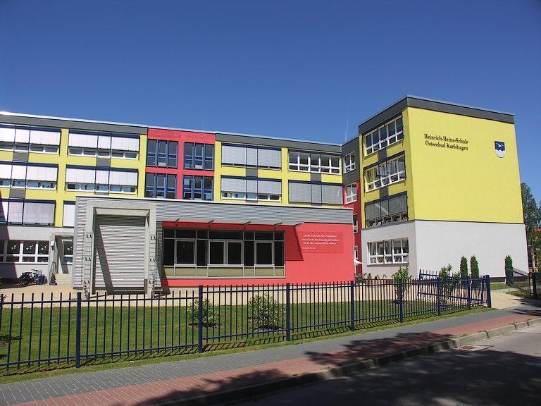 2006 Fertigstellung der Schulsanierung mit dem Bau der Aula